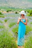 Härlig kvinna som bara går i lavanderfält Fotografering för Bildbyråer