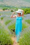 Härlig kvinna som bara går i lavanderfält Royaltyfria Bilder