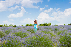 Härlig kvinna som bara går i lavanderfält Royaltyfri Fotografi