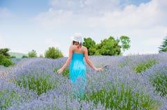 Härlig kvinna som bara går i lavanderfält Arkivfoton