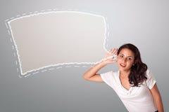 Härlig kvinna som gör en gest med abstrakt utrymme för anförandebubblakopia Fotografering för Bildbyråer