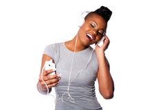 Härlig kvinna som lyssnar till musik Arkivbilder