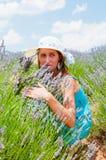 Härlig kvinna som poserar i lavanderfält Arkivbilder