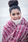 Härlig kvinna som slås in upp i varma kläder Fotografering för Bildbyråer