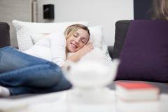 Härlig kvinna som sover i säng Fotografering för Bildbyråer