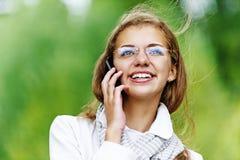 Härlig kvinna som talar på mobiltelefonen Arkivfoto