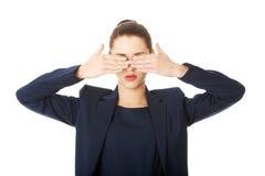 Härlig kvinna som täcker henne ögon Fotografering för Bildbyråer