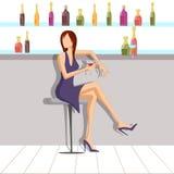 Härlig kvinna som tycker om drinken i stång Fotografering för Bildbyråer