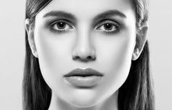 Härlig kvinnaframsidastudio på vit med svartvita sexiga kanter Arkivfoton