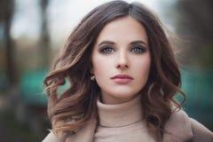 Härlig kvinnamodell med Windy Hair Outdoors Royaltyfri Fotografi