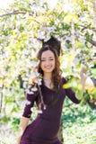 Härlig le flicka i magnoliablommor Arkivbild