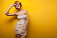 härlig le kvinna Arkivfoto