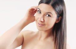 Härlig le kvinna med starkt sunt ljust hår Fotografering för Bildbyråer