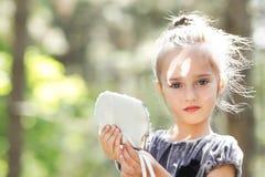 Härlig le liten flicka Arkivfoton