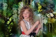 Härlig liten flicka med blonda lås Arkivfoton