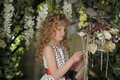 Härlig liten flicka med blonda lås Arkivbilder