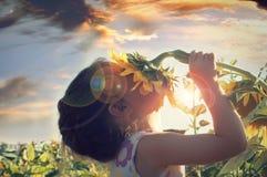 Härlig liten flicka och solros Arkivbild