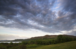 Härlig lynnig soluppgång över den lugna sjön Royaltyfria Foton