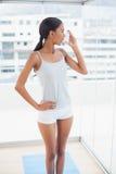 Härlig modell genom att använda hennes astmasprejflaska Royaltyfri Fotografi