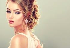 Härlig modell med den eleganta frisyren Arkivbilder