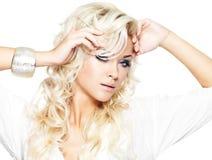 Härlig modell med långt blont hår Arkivbild