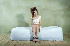 Härlig modell på säng, begreppet av ilska, fördjupning, spänning, trötthet Royaltyfria Foton