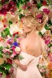 härlig modemodell sinnlig brud Kvinna med bröllopsklänningen Arkivfoton