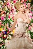 härlig modemodell sinnlig brud Kvinna med bröllopsklänningen Arkivbilder