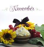 Härlig muffin för nedgångtacksägelsetema med säsongsbetonade blommor och garneringar för månaden av November Royaltyfri Fotografi