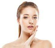 Härlig närbild för kvinnastudiostående med lycklig sund hud Arkivfoton
