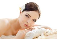 Härlig och sund kvinna för barn, i brunnsortsalong Royaltyfria Bilder