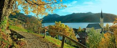 Härlig panoramautsikt till schlierseebyn i höst Arkivbild