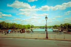 Härlig parisian plats med Seine River Arkivfoton
