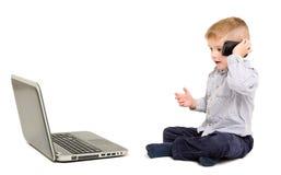 Härlig pojke som talar på telefonen Arkivfoton