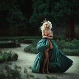 Härlig prinsessa i trädgård Royaltyfri Bild