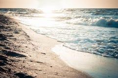 Härlig reflexion av solen i våt sand på havsstranden Arkivfoto