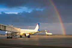 Härlig regnbåge i aftonflygplatsen Fotografering för Bildbyråer