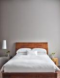 Härlig rengöring och modernt sovrum Royaltyfria Foton