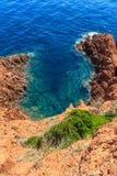 Härlig scenisk kustlinje på den franska Rivieraen nära Cannes Royaltyfri Fotografi