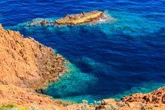 Härlig scenisk kustlinje på den franska Rivieraen nära Cannes Royaltyfri Foto