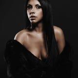 Härlig sexig kvinna i päls skönhetbrunettflicka erotiskt kvinnabarn Royaltyfria Bilder