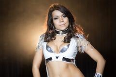 Härlig showgirl som poserar på etapp Royaltyfria Foton