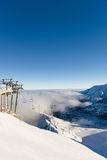 Härlig sikt av bergen och cablewayen på en solig dag Royaltyfri Fotografi