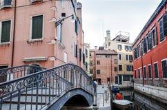 Härlig sikt av vattengatan och gamla byggnader i Venedig Royaltyfria Bilder