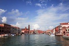 Härlig sikt av vattengatan och gamla byggnader i Venedig Arkivbilder