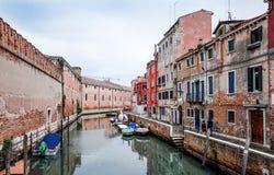 Härlig sikt av vattengatan och gamla byggnader i Venedig Arkivfoton
