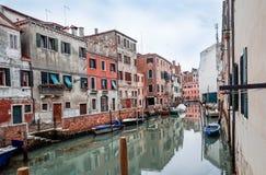 Härlig sikt av vattengatan och gamla byggnader i Venedig Royaltyfria Foton