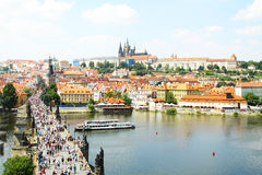 Härlig sikt på den Charles bron med många personer och den Prague slotten i bakgrunden Arkivbilder