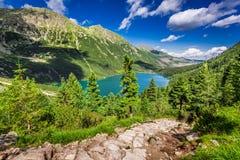 Härlig sjö i mitt av bergen på sommar Arkivfoton