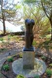 Härlig skulptur av halv-nakenstudie kvinnas kropp, uppsättning i den fridsamma trädgården, Ogunquit museum av amerikansk konst, M Arkivbild